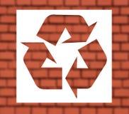 Wiederverwertung des Zeichens mit rotem brickwall Lizenzfreies Stockfoto