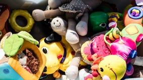 Wiederverwertung die Babyspielwaren hergestellt vom billigen Plastik oder vom Gewebe Lizenzfreie Stockbilder