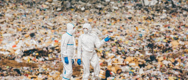 Wiederverwertung von den Arbeitskräften, die auf der Müllgrube erforschen stockbild