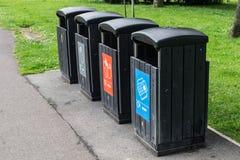 Wiederverwertungs-Behälter im Park Stockbilder