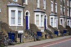 Wiederverwertungs-Behälter und Fahrräder, Radweg, Wohnstraße, Cambridge, England Stockbild