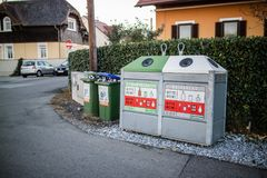 Wiederverwertungsbehälter in der Stadt Lizenzfreies Stockbild