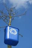 Wiederverwertungsstauraum auf Baum lizenzfreies stockfoto