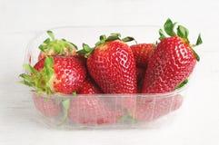 Świeże truskawki w plastikowym kocowaniu Obrazy Stock