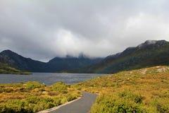 Wiegen-Berg mit Regenbogen Lizenzfreies Stockfoto