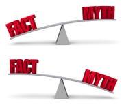 Wiegen des Tatsachen-und Mythos-Satzes Stockbilder