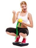 Wiegende Skala der glücklichen erfolgreichen Frau Gewichtverlust Frauentorso mit dem Maß, getrennt auf Weiß Stockbild