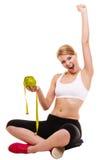 Wiegende Skala der glücklichen erfolgreichen Frau Gewichtverlust Frauentorso mit dem Maß, getrennt auf Weiß Lizenzfreie Stockfotografie