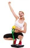 Wiegende Skala der glücklichen Frau Abnehmen des Gewichtsverlusts Stockbild