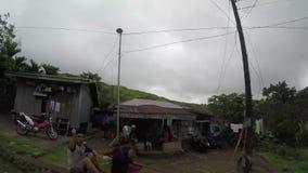Wiejscy domy i założenia budujący wzdłuż wąskiej cewienie zygzag drogi przy stroną górzyste Cordillera falezy zbiory