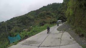 Wiejscy domy i założenia budujący wzdłuż wąskiej cewienie zygzag drogi przy stroną górzyste Cordillera falezy zbiory wideo