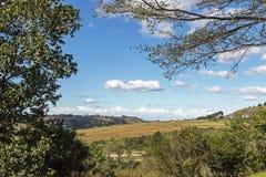 Wiejscy jesieni zimy Chmurnego nieba wzgórza i dolina krajobraz Obraz Stock