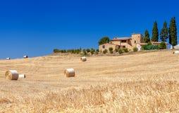 Wiejscy krajobrazy Tuscany, Włochy Bele i haystacks na polach i wzgórzach Obraz Royalty Free