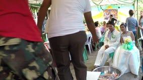 Wiejscy lud Poślubia gości wykonują ławka tana podnosić pieniądze dla pary zdjęcie wideo
