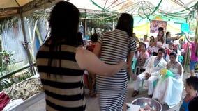 Wiejscy lud Poślubia gości wykonują ławka tana podnosić pieniądze dla pary zbiory wideo