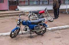 Wiejscy rowerzyst?w mopeds, aktywny styl ?ycia zdjęcia royalty free