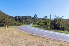 Wiejska Asfaltowa droga Wygina się Przez Wiejskiego krajobrazu Obrazy Stock