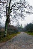 Wiejska brukująca droga prowadzi kościół w wiosce fotografia royalty free