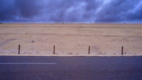 Wiejska droga bieg past fechtujący się padok z baranią pasanie un obrazy royalty free