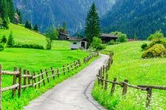 Wiejska droga i wysocy szczyty Alps, Austria zdjęcia stock