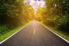 Wiejska droga między okręgiem miasto, podróż sposób podróżnik natura, droga w górze i las dla podróży, Obrazy Royalty Free
