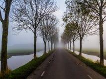 Wiejska droga na tamie Zdjęcia Royalty Free