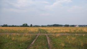 Wiejska droga prowadzi do horyzont linii Fotografia Stock