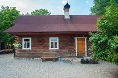 Wiejska droga przechodzi rolnych budynki na chmurnym i wietrznym ranku Lokacji Stensjo wioska w Smaland, Szwecja obraz stock