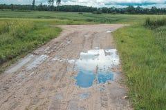 wiejska droga Wiejska droga przez rolniczych poly podczas dnia Obrazy Royalty Free