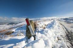 Wiejska droga przez zimy wiejskiej sceny Fotografia Royalty Free