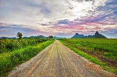 Wiejska droga w dolinie Obrazy Royalty Free