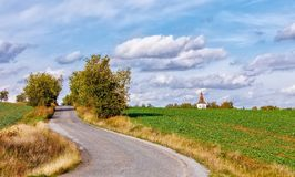 Wiejska droga w jesieni z żółtymi drzewami Obraz Stock