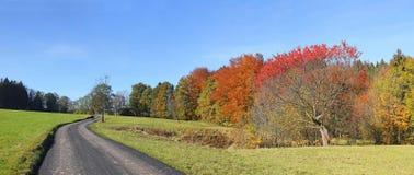 Wiejska droga w jesiennym niemiec krajobrazie Zdjęcia Stock