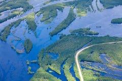 Wiejska droga w zalewającej lasowej równinie Fotografia Stock