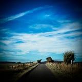 Wiejska droga z błękitnego lata nieba Juliańską granicą Zdjęcia Royalty Free
