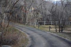Wiejska droga z górami w tle obrazy stock