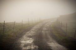 Wiejska droga z mgłą Zdjęcie Royalty Free