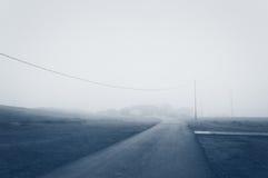 Wiejska droga z mgłą w ranku Zdjęcie Royalty Free