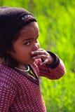 WIEJSKA dziewczyna Z MIASTOWĄ postawą - wioski życie INDIA Obraz Stock