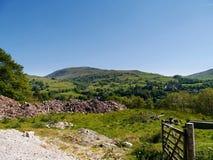 Wiejska mieszanka wzgórza, pola, mieszkania i pracy miejsce, Obrazy Royalty Free
