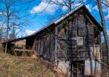 Wiejska rocznik stajnia w wieś krajobrazie fotografia stock