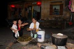 Wiejska rodzina robi tradycyjnemu ryżowemu tortowi Zdjęcie Royalty Free