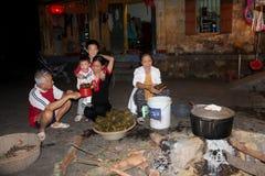 Wiejska rodzina robi tradycyjnemu ryżowemu tortowi Obraz Royalty Free