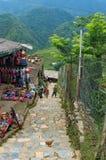 Wiejska ulica w kota kota etnicznej wiosce z bawić się dzieci fotografia royalty free