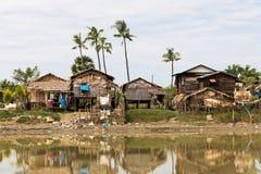 Wiejska uliczna sceneria z plam drzewami w małej wiosce w Myanmar (Birma fotografia stock