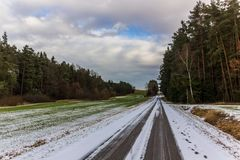 Wiejska wsi droga na zima dniu z polami i śniegiem Zdjęcie Stock