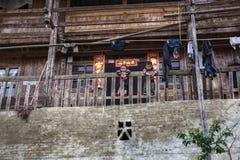 Wiejski Azjatycki dziecko stojak na tarasie Chiński drewniany dom wiejski Fotografia Stock