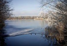 Wiejski Bavaria, panoramiczny widok zamarznięty jezioro w zimie z fros Obrazy Royalty Free