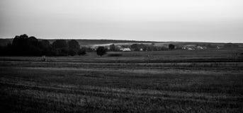Wiejski czarny i biały krajobraz obrazy stock