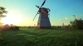 Wiejski dom na wioska krajobrazie Panoramiczny widok dom na wsi i wiatraczek zdjęcie wideo